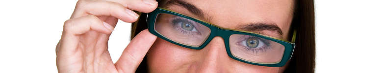 femme qui porte des lunettes rectangulaires